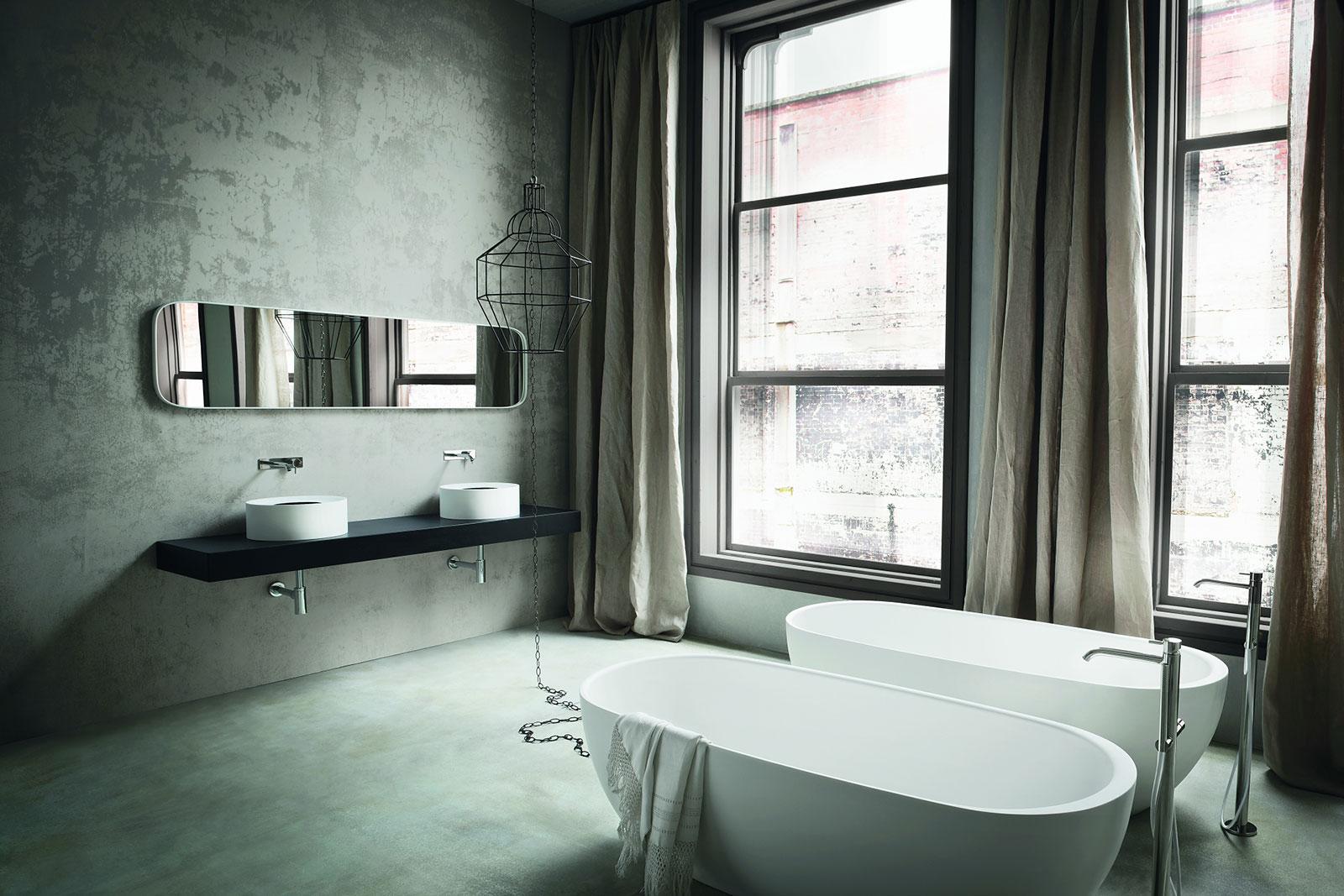 Rexa Design Bademöbel, Badewannen uns Spiegelschränke. Italienisches Design nach Mass auch in der Schweiz Zürich und Graubünden present. Design zum verlieben. Im Hintergrund dunkle Ziegelsteine. Waschbecken und Badewanne in Coracrill