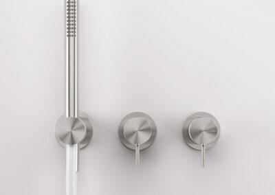 Die Badezimmer Edelstahlserie Zazzeri Z316 entsprechen allen Schweizer Normen. Dies Collection bietet auch von den klassischen Badarmaturen und Duschenmischer bis zum Bidetmischer viele Badezimmerarmaturen an. Auch die formschönen Toilettendrücker und Accescoires. Auch sind einige Farben in PVD erhältlich.