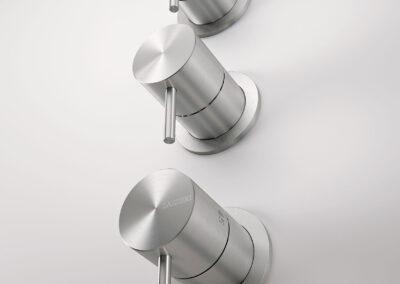 Die Badezimmer Thermostaten von der Edelstahlserie Zazzeri Z316 entsprechen allen Schweizer Normen. Dies Collection bietet auch von den klassischen Badarmaturen und Duschenmischer bis zum Bidetmischer viele Badezimmerarmaturen an. Auch die formschönen Toilettendrücker und Accescoires. Auch sind einige Farben in PVD erhältlich.
